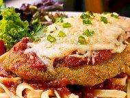 Рецепта Пиле Пармиджана - панирано филе (гърди) с яйце и галета, запечено на фурна с доматен сос, моцарела и пармезан